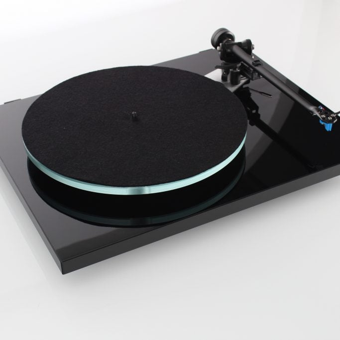 Rega Planar 3 BLACK LH view with mat Alex Giese Highfidelity Hannover