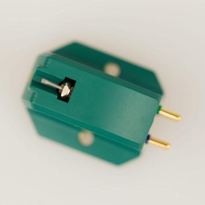 Das TAD Excalibur Green ist der – wenn man so möchte – kleinste Abtaster aus der feinen Excalibur-Familie. Der sehr ausgewogen klingende Tonabnehmer zählt zu den High Output-MCs, hat also eine vergleichsweise hohe Ausgangsspannung, die für den Anschluss an MM-Eingänge optimiert sind. Das Excalibur Green eröffnet damit auch günstigeren Anlagen das Tor zum großen Klang. Ausgestattet mit einem synthetischen Diamanten mit elliptischem Schliff ist es eines der attraktivsten Angeboten seiner Klasse.